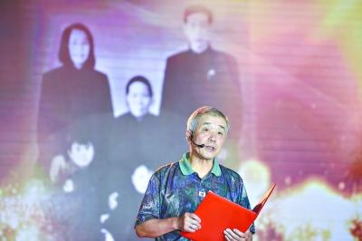 在江汉区2018年党风廉政建设情景教育党课现场,赵迪讲述先辈王荷波的革命故事。