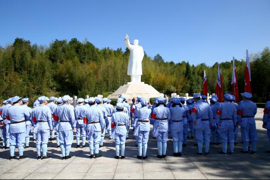 瞻仰毛泽东雕像