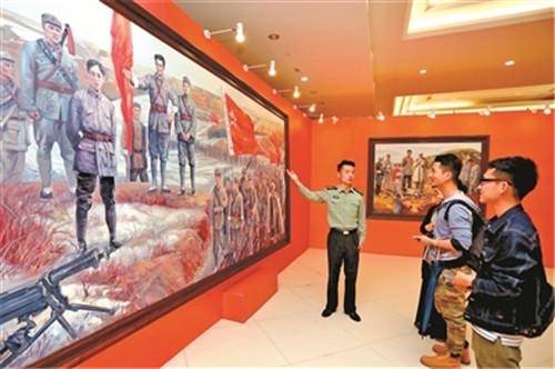 来自陕甘边革命根据地照金纪念馆的讲解员为观众讲解《征途》画作的创作背景。