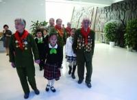 老战士为小学生讲上海解放中的万博体育manbet网页亮点故事